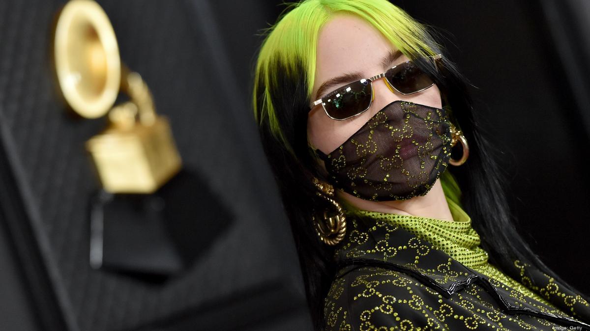 Billie Eilish dengan masker Gucci