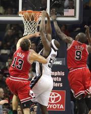 Randolph rises between two Bulls defenders
