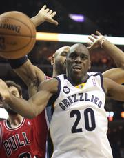 Quincy Pondexter hustles for a loose ball