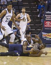 Quincy Pondexter scraps for a loose ball