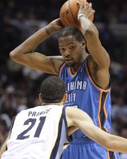 Kevin Durant guarded by Tayshaun Prince