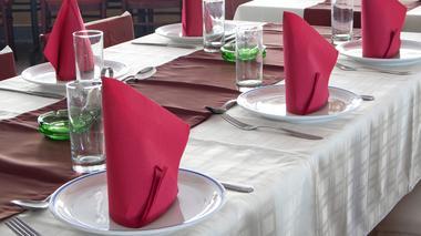 Should restaurants ban young children?