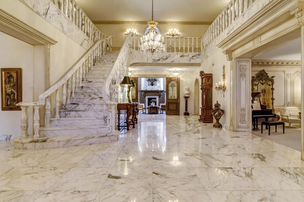 Home Saint Louis Foyer Unme : Spectacular property built in the tradition and scale of