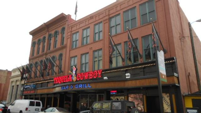 Another country music star pursues Broadway bar